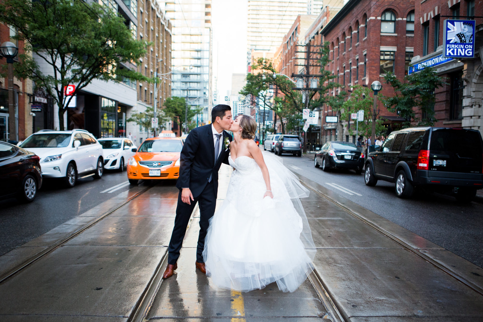 King Street Kiss Taxi Toronto Wedding Zsuzsi Pal Photography